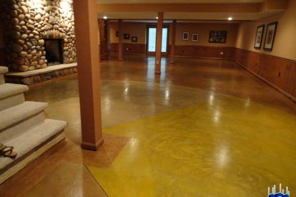 Salón con Piso en Concreto Oxidado en Tres Colores